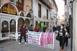 Cientos de personas se manifiestan por las calles de Medina de Pomar para pedir ayudas al comercio y a la hostelería