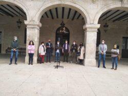 Alcaldes de Las Merindades se reúnen en la Plaza de Villarcayo para guardar un minuto de silencio por la mujer fallecida ayer en el Valle de Mena