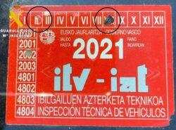 La Guardia Civil detiene a un conductor por falsedad documental en el uso de la pegatina de ITV